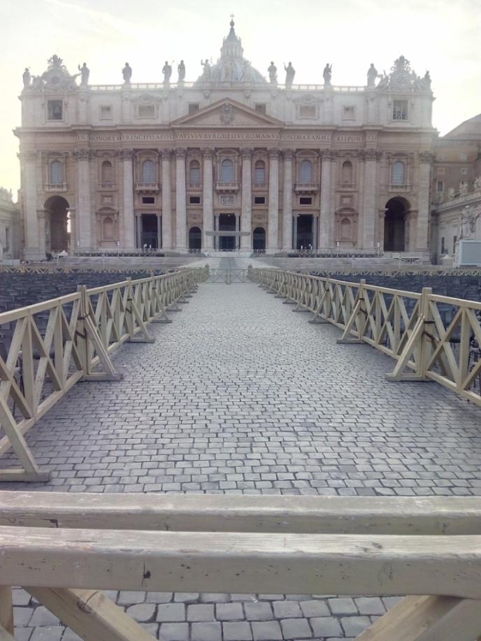Plaza de San Pedro, Vaticano by TravellersandCo